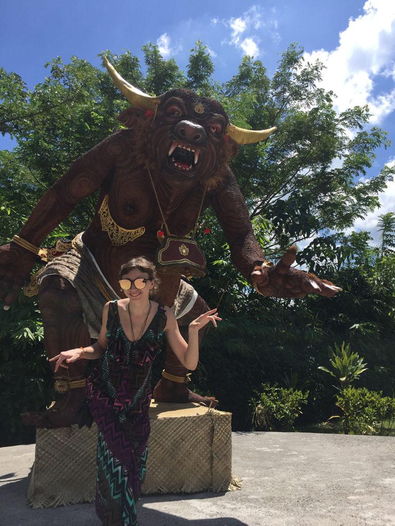 Статуя рогатого чудища на Бали