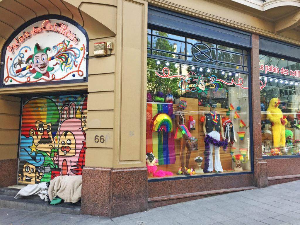 Граффити на магазине в Брюсселе Бельгия