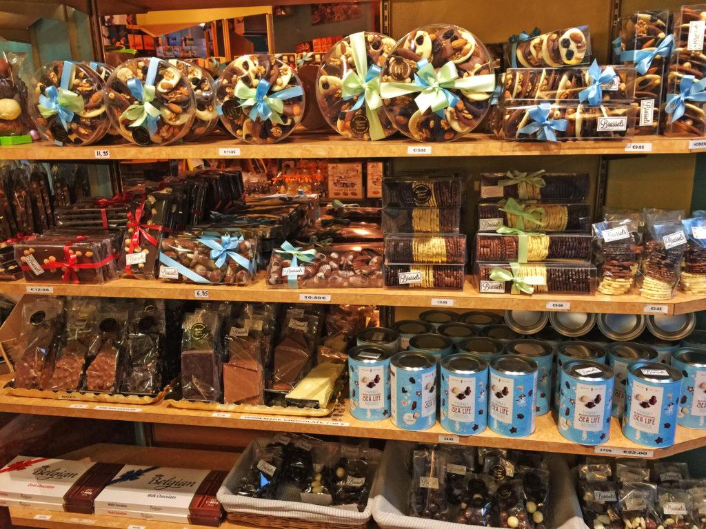 Бельгийский шоколад с ценами на полках в магазинах Брюсселя