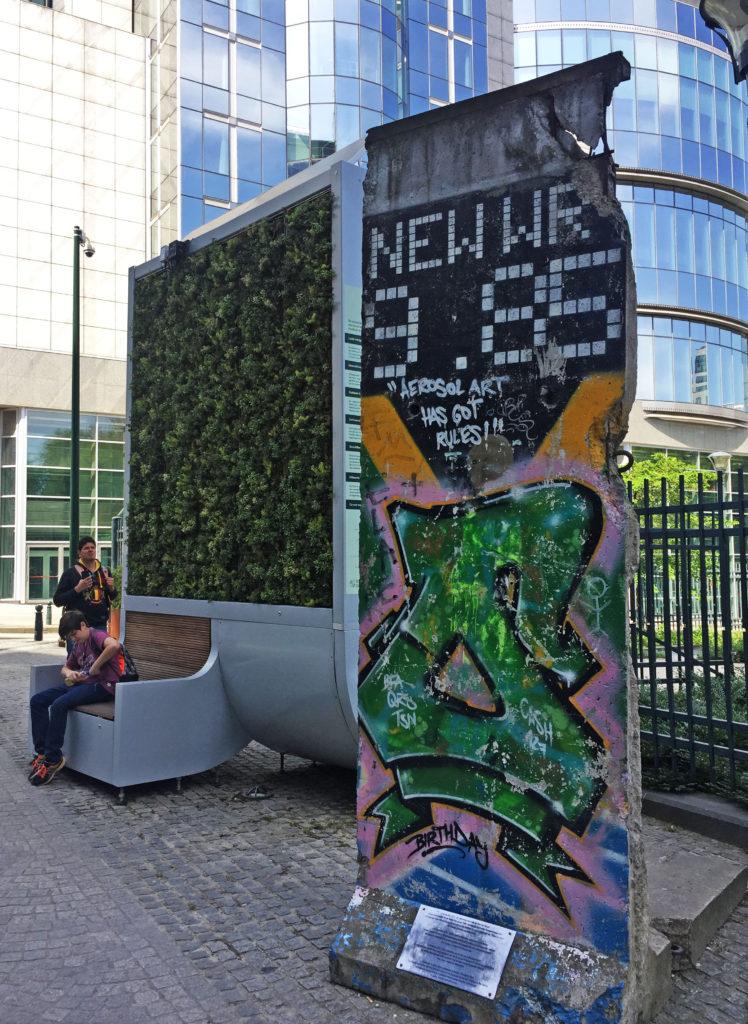 Фрагмент Берлинской стены у здания Европарламента в Брюсселе