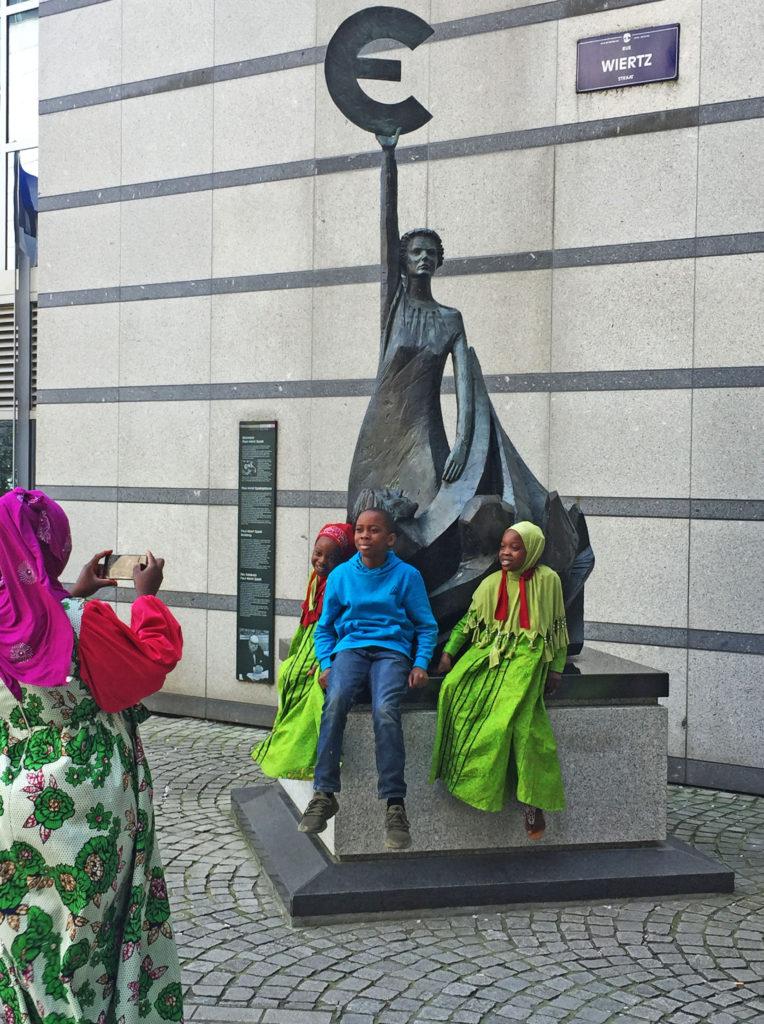 Скульптура Европы знаку евро в Брюсселе у здания Европарламента