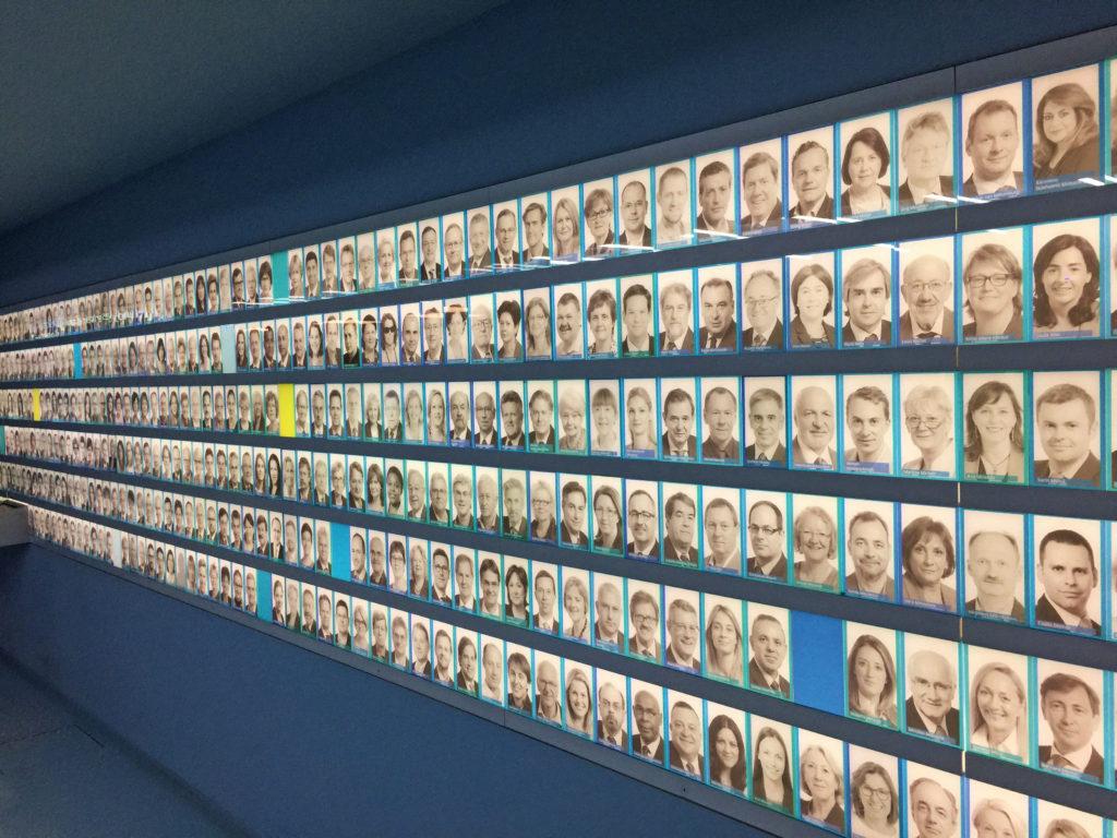 Стена из фотографий участников Европейского парламента в Брюсселе