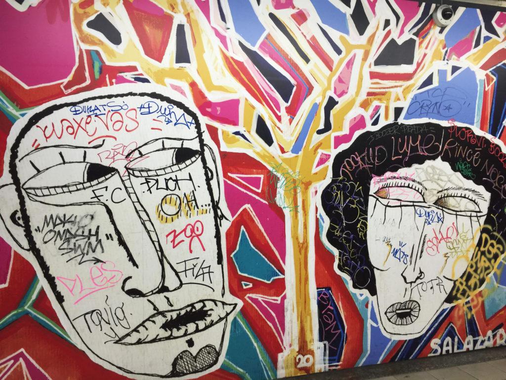 Граффити на стенах домов в Брюсселе Бельгия
