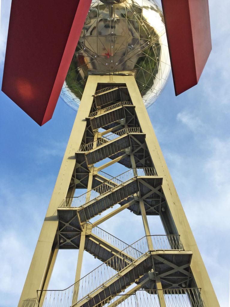 Лестница для подъема на атомиум в Брюсселе