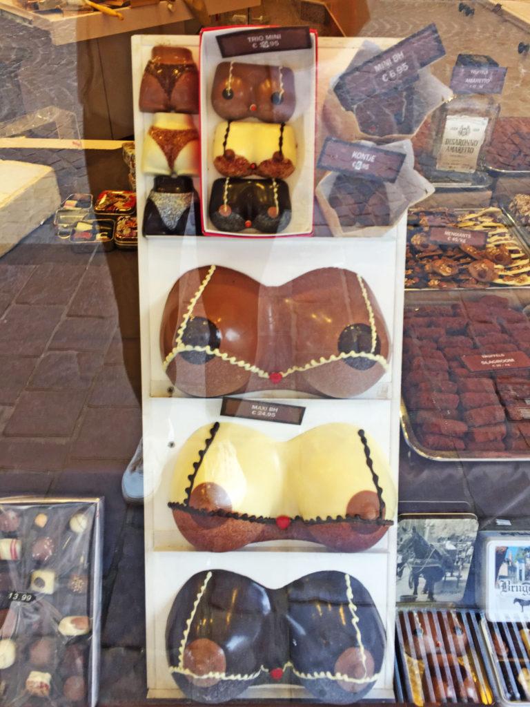 Шоколадный женский бюст в Брюсселе