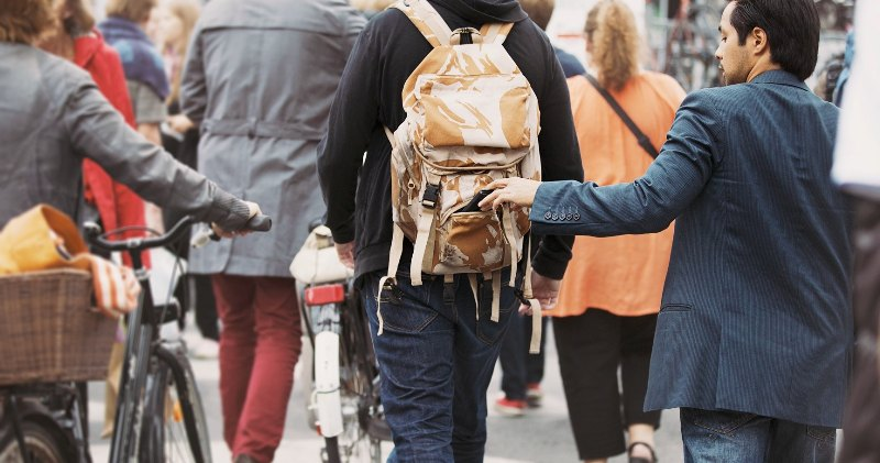 Обезопасить себя от карманников в путешествии в другую страну
