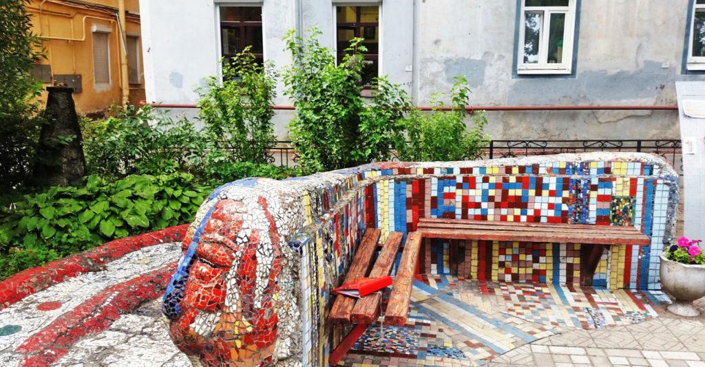 Скамейки из мозаики в мозаичном дворике в Санкт-Петербурге