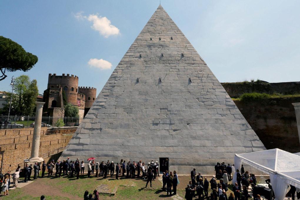 Пирамида мавзолей в Риме