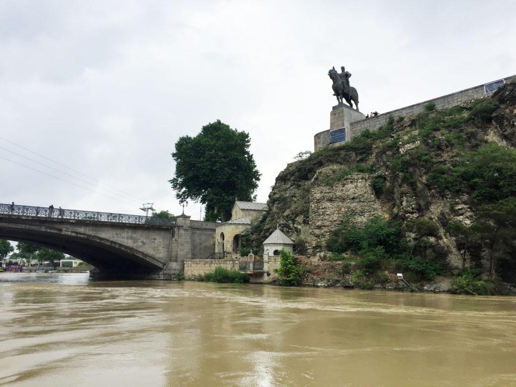 Памятник Вахтангу Горгасали в Тбилиси
