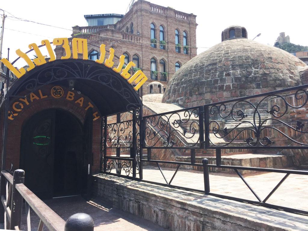 Вход в серные бани в Тбилиси
