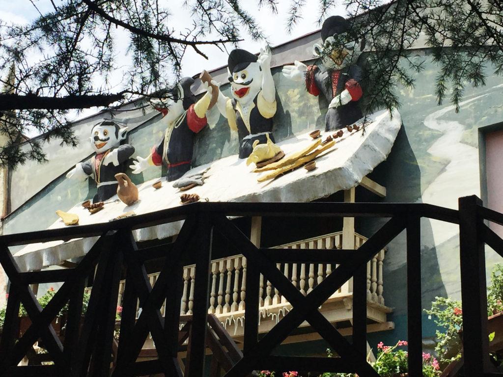 Кафе с 4 фигурами на горе Мтацминда в Тбилиси Грузия