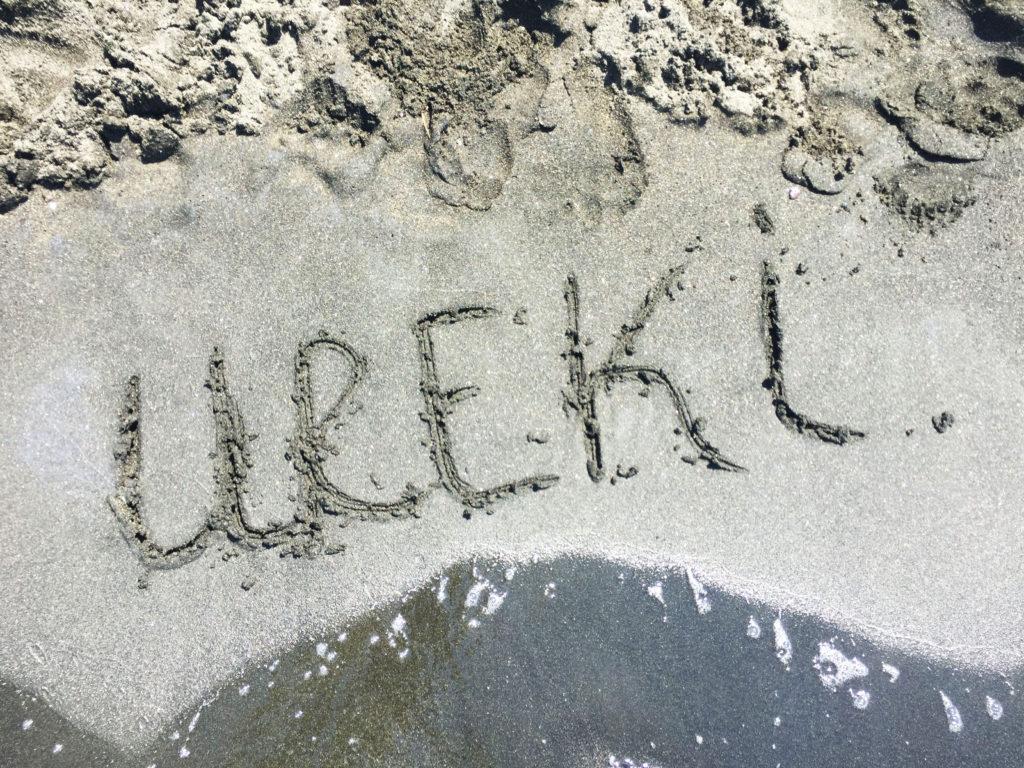 Черный серый песок на пляже в Грузии