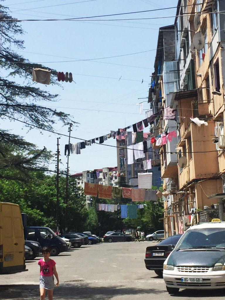 Одежда на веревках на улицах в Грузии