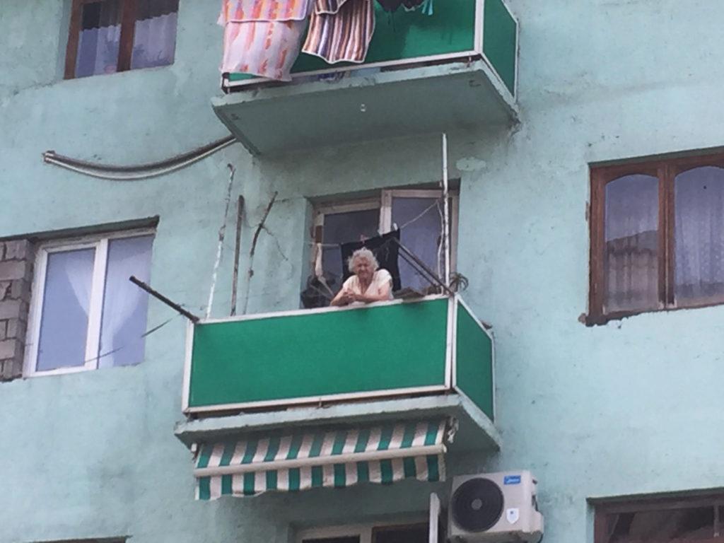 Бабушка на балконе дома в Батуми