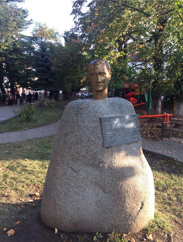 Памятник голова на камне в Сигнахи